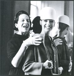 Diana Vreeland en compagnie de Marisa Berenson, photographiées par James Karales pendant ses années Vogue, dont elle assurra la rédaction en chef de 1962 à 1971.