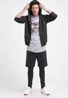T-Shirt mit Print - Schickes T-Shirt in grau von DRMTM. Das Shirt mit buntem Print besticht mit Schlichheit und Coolness. Lässt sich super im Alltag tragen. - ab 39,95€