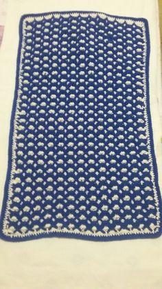 Crochet dupla face feito com barbante na cor azul e barbante na cor cru