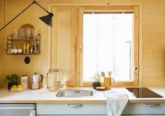 Pienen tilan käteviä vinkkejä. Hanallinen juoma-astia toimittaa käsipesupaikkaa. Parakista remontoitiin 18 neliön pieni mökki. Paperisodaltakin vältyttiin, sillä jalasmökki ei rakennuslupaa tarvitse.