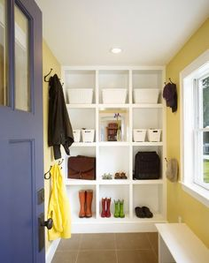 Not all homes have a big entryway so this is one more reason for us to try to find new and clever solutions for our storage problems. There are lots of thi
