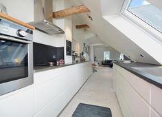 una grande mansarda con zona giorno open space minimalista ... - Zona Giorno Open Space