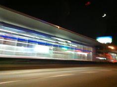 Andando de noche así quedo una estación de MIO, Sistema de Transporte Masivo de esta Sultana del Valle