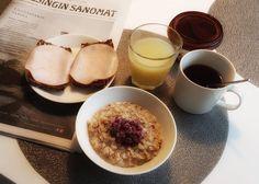 Breakfast. @hotelf6 #hotelf6joululahja #vaasanruispalat @paivihietala   #food #fitfood #oatmeal #lingonberry #skyr #tea #bread #limejuice #helsinginsanomat #sunday #sundaymood #mymood #november