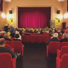 """I primi spettatori sonno arrivati. Tra pochi minuti comincerà """"giallo a #teatro"""" con il radio dramma """"Il diamante di #Grado"""". #GradoGiallo8"""