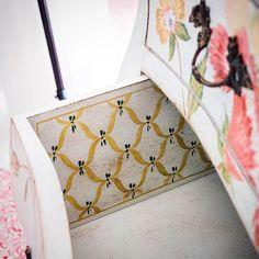 Amazing painted details. Learn more at www.porteitalia.com and contact us at info@porteitalia.com! Venetian painted creations, handmade in Italy by PORTE ITALIA INTERIORS. #Italianfurniture #paintedfurniture #handmade #handpainted #luxuryhome #luxuryfurniture #luxuryhotels #art #bespokefurniture #veranda #ad #isaloni #interiordesign #homedecor #bedroomfurniture #venetianfurniture #venice #venezia #igersvenezia #instavenice #finepaintedfurniture #veniceartdistrict #porteitalia…