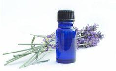 Aceite esencial de lavanda:  1 taza de flores de lavanda, 1 taza de vodka,  Mortero,  Filtro.  Frasco con tapa rosca
