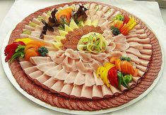 Presentation of dishes - Best Appetizers -Relaxwoman Meat Trays, Meat Platter, Food Platters, Cheese Platters, Food Dishes, Antipasto, Food Garnishes, Party Buffet, Food Displays
