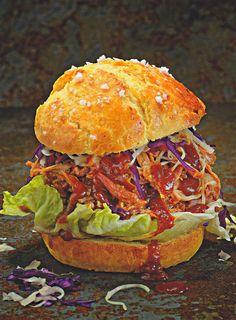 Rezept aus dem Kochbuch BEEF! Band 2 Grillen Pulled Pork Burger mit Krautsalat rot-weiss 2015 Tre Torri Schweinenacken Rub Weißkohl Rotkohl Sweet BBQ-Sauce