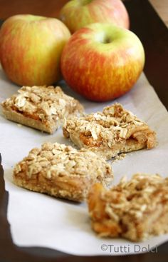 Apple Pie Bars - apple pie in a bar with a shortbread crust layered with caramelized apples and oatmeal topping @tuttidolci