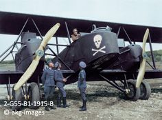 2-G55-B1-1915-B At an airbase: German pilot in the cockpit of his aircraft speaking to officers of the German Air Force, circa 1915 akg-imag...