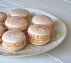 Gold macaroons Macarons, Cupcake, Island Weddings, Sweet And Salty, Confectionery, Wedding Cakes, Sweets, Baking, Desserts