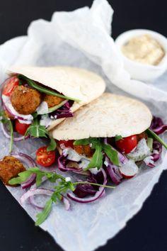 Ein ganz besonders einfaches Rezept für schnelle Veggie Pita mit Falafel, frischem Gemüse und Rucola. Leckeres essen kann auch ganz schnell gehen!