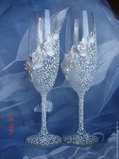 wedding glass for guests;wedding glass for bride and groom;wedding glass for bridal party Wedding Wine Glasses, Wedding Flutes, Bridal Glasses, Decorated Wine Glasses, Painted Wine Glasses, Wine Glass Crafts, Bottle Crafts, Glitter Glasses, Wedding Crafts