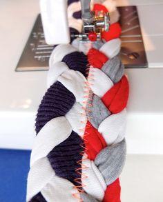 Con el frío invierno en camino, una buena idea puede ser tener una alfombra junto a la cama para apoyar los pies apenas despertamos por la mañana. Esta alfombra trenzada hecha a partir de remeras es...