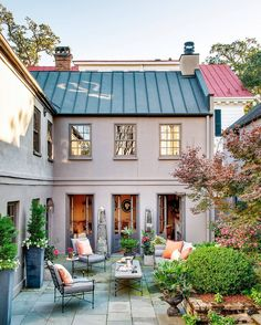 House Beautiful (@housebeautiful) в Instagram: «Courtyard GOALS. (: trevortondro | Design: @cameronstewartdesign) #outdoorliving #instahome»