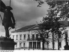 Das Ordenspalais am Wilhelmplatz, Dienstsitz von Propagandaminister Joseph Goebbels. Im Vordergrund das Denkmal des Grafen von Schwerin (1936)