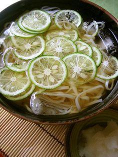 すだちをスライサーで薄切りにし、見ためにも爽やかなさっぱりした冷やしうどんは夏にも美味しく味わえます。