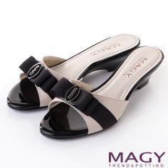 MAGY 時尚優雅名媛 LOGO織帶蝴蝶結低跟涼拖鞋-黑色 - Yahoo!奇摩購物中心