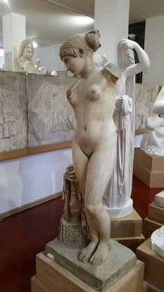 """Die sog. """"Venus vom Esquilin"""". Ob es sich bei dieser Statue um eine Darstellung Kleopatras VII. handelt, wie einige in der Forschung schon seit längerem behaupten, mag dahingestellt bleiben. (vmtl. 1. Jh. v. Chr.). Fundort: Esquilin, Rom; Original: Kapitolinische Museen, Inv.-Nr. 1141, Rom."""