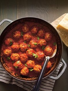 Meatballs in Tomato Sauce (The Best) Meatball Recipes, Meat Recipes, Dinner Recipes, Cooking Recipes, Confort Food, Ricardo Recipe, Pork Meatballs, Easy Homemade Recipes, Sauce Tomate