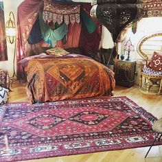 I need this rug. I neED IT TO COME PICK ME UP LIKE I WAS JASMINE OMW TO CHILL WITH MY BF ALADDIN. #UOoncampus #UOcontest