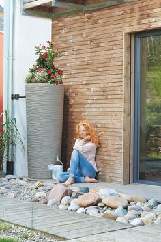 Nowoczesny design w Twoim ogrodzie Mniejsze rachunki za wodę 2w1: zbiornik na deszczówkę + donica na kwiaty Kran i zbieracz wody nie należą do zestawu, można je kupić tutaj: kran, zbieracz Wykonany z tworzywa pochodzącego z recyklingu (PP) Pojemność 350 litrów! Patio, Outdoor Decor, Home Decor, Homemade Home Decor, Yard, Porch, Terrace, Interior Design, Home Interiors