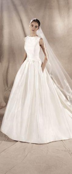gefunden bei HAPPY BRAUTMODEN Brautkleid Hochzeitskleid edel elegant romantisch spanisch White One WhiteOne Pronovias fließender Rock Spitze