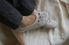 Cute!!!!!!!!!!! Crochet pattern for house slippers. Would be awesome if I could crochet!