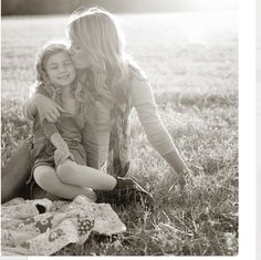 Mother and daughter. I want a photo like this of me with my daughter someday! Mother and daughter. I want a photo like this of me with my daughter someday! Mommy Daughter Pictures, Mother Daughter Pictures, Mother Daughters, Future Daughter, Daddy Daughter, Mothers, Family Posing, Family Portraits, Family Photos