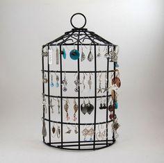 Une cage à oiseaux recyclée pour ranger les bijoux  http://www.homelisty.com/rangement-bijoux/