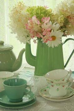 Sim, não consigo ficar sem voltar a este tema - arranjos decorativos que juntam duas coisas que eu acho lindas: Bule + flor ...