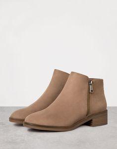 Bershka Turkey - Flat zip-up ankle boots
