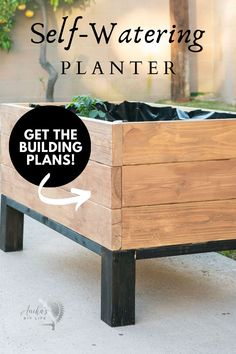 Learn exactly how to build a DIY self-watering planter box which will water your plants for months. This sub-irrigation modern raised planter is perfect for any yard - even if you don't have a constant source of water. Kreg Jig Projects, Scrap Wood Projects, Woodworking Projects That Sell, Outdoor Projects, Diy Woodworking, Wood Projects For Beginners, Wood Working For Beginners, Planter Boxes, Planters