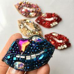 Вот такие чудные губки делала к 8 марта! Синие- оказались самыми любимыми! Если что, повторить такие можно немного в апреле. С кристаллами Сваровски и японским бисером. Цена 2000 сом.