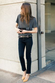 Minimal trends | Grey t-shirt, back skinny jeans, belt, heels and a clutch
