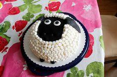 Iitan tekemää: Late Lammas ja nalle -kakut - Timmy Time is children's favourite, so I'd better add the dummy - Late Lampaastahan saa Timpan tutin lisäämällä.