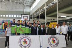 La plantilla posa en la foto de grupo junto con otras autoridades