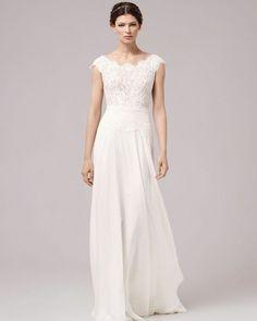 Say hello to the newest addition to our shop: This is AMY! . . . . . . . . . . . #annakara#braut#brautmode#hochzeit#hochzeitskleid#vintagebraut#brautkleid#brautkleider#instabräute#instabraut#spitzenkleid#braut2017#bridaldress#weddingdress#bridaldresses#weddingdresses#brautkleidsuche#instabride#lacedress