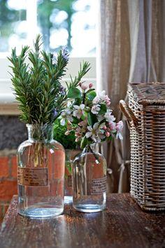 bouteille de mx / glass medication bottles as vases Bottles And Jars, Glass Jars, Glass Containers, Deco Floral, Apothecary Jars, Deco Table, Fresh Flowers, Autumn Flowers, Simple Flowers