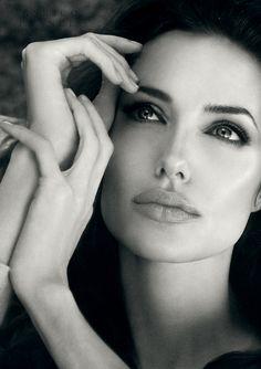 Angelina / Position des mains et regard vague intéressant.