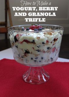 This Yogurt, Berry and Granola Breakfast Trifle is SUPER EASY to make for #breakfast or a healthy snack. It's also a great breakfast to make when you have guests!