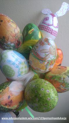 Styropianowe jaja zdobione techniką Decoupage. Wzory wycięte z serwetek pokrywaliśmy bezbarwnym klejem. http://eduzpomyslem.wixsite.com/123pomyslnaedukacje/single-post/2016/03/20/Ale-jaja
