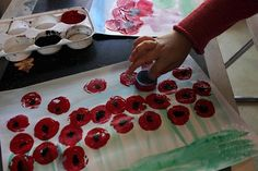 Field of Poppies Art for Kids – Danya Banya Remembrance Day Poems, Remembrance Day Activities, Remembrance Poppy, Poppy Craft For Kids, Art For Kids, Crafts For 2 Year Olds, Crafts For Kids, Paper Plate Poppy Craft, Memorial Day Poppies