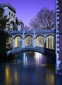 Bridge of Sighs crossing the River Cam - St. Johns College, Cambridge, England