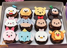 Cupcakes with Tsum Tsum fondant Disney Cupcakes, Disney Desserts, Disney Food, Disney Theme, Disney Ideas, Fondant Cupcakes, Custom Cupcakes, Cupcake Cookies, Tsum Tsum Party