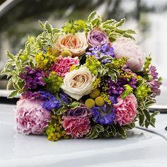 I LEVA&BO:s fredagsbukett mixas rosor och pioner med diantus, bouvardia, solidabo, scabiosa, craspedia, duplerum och pittosporum. Beställ buketten i dag! Floral Wreath, Wreaths, Floral Crown, Door Wreaths, Deco Mesh Wreaths, Floral Arrangements, Garlands, Flower Crowns, Flower Band