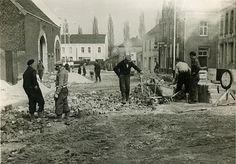 Brunssum: Wegwerkzaamheden aan de Dorpstraat . Op de foto zien we een stukje Dorpstraat tussen Kasteelstraat en Grachtstraat. Geen machine te bekennen, alles wordt nog met schop en kruiwagen gedaan. 1936