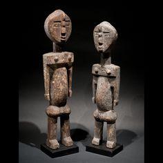Culture Adan, Ghana. Bois et pigments. H.42cm Les Adan, aussi appelés Ada, Ade, Adangbe, sont une petite ethnie vivant sur une zone entre le Ghana et le Togo. Ce sont les cousins des Ewe, arrivés ensemble du sud du Nigeria. C'est un groupe culturel peu connu et peu étudié. Leurs créations incorpores abstraction et cubisme, elles sont souvent dotées d'une touche naïve ou primitive. Leurs sculptures sont peintes ou recouvertes de kaolin et autres pigments. Les couleurs utilisées sont pr...