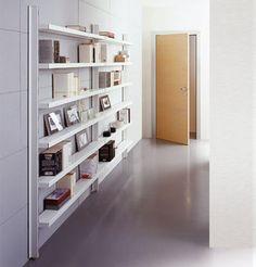 """CAIMI BREVETTI - BIG Marc Sadler Ideata quasi come un componente architettonico, Big è una libreria in metallo caratterizzata da robusti montanti in alluminio estruso con sezione a """"T"""" e da ripiani in lamiera con bordo frontale decisamente importante, visivamente assimilabili a ripiani in muratura. Le sue forme decise e ben delineate la rendono un """"oggetto polifunzionale"""", in grado di caratterizzare indifferentemente ambienti moderni, hi-tech, classici o storici."""